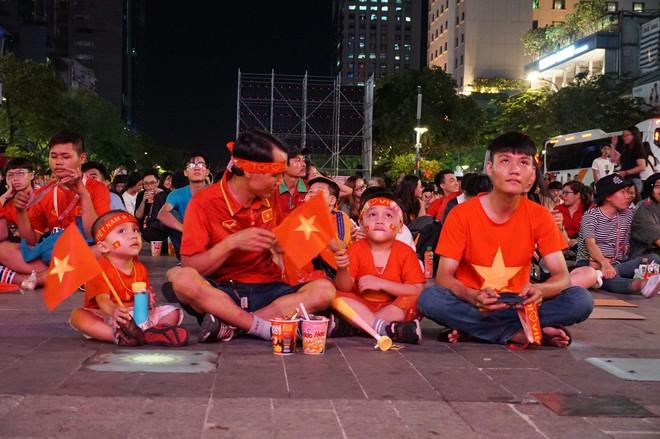 Người Sài Gòn hào hứng ra đường cổ động cho đội tuyển Việt Nam - Ảnh 2.