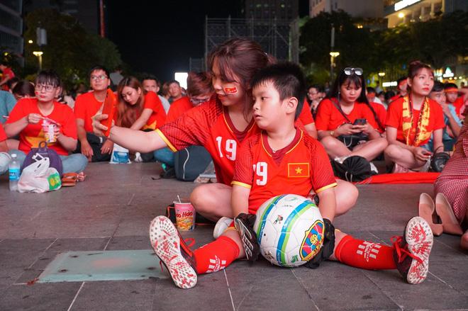Người Sài Gòn hào hứng ra đường cổ động cho đội tuyển Việt Nam - Ảnh 7.