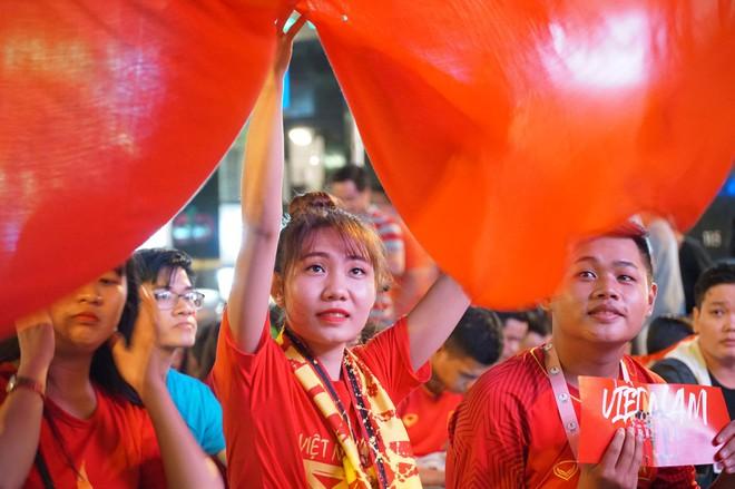 Người Sài Gòn hào hứng ra đường cổ động cho đội tuyển Việt Nam - Ảnh 11.
