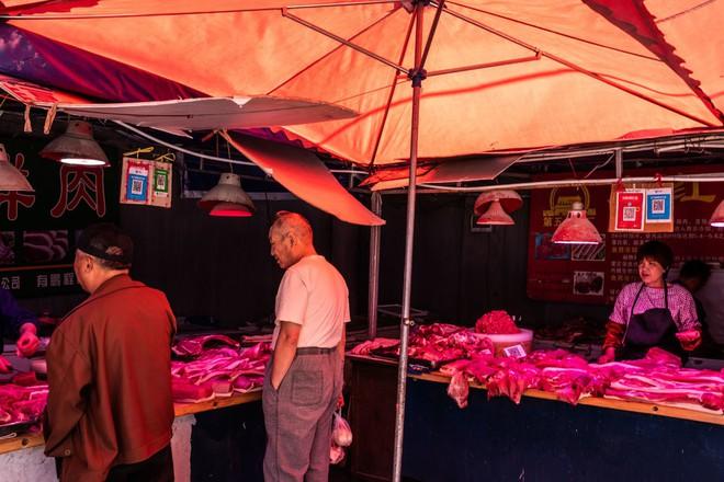 Chiến tranh thương mại, suy thoái kinh tế, giá cả leo thang: Thủ tướng TQ sốc vì biết giá táo ở chợ - Ảnh 2.