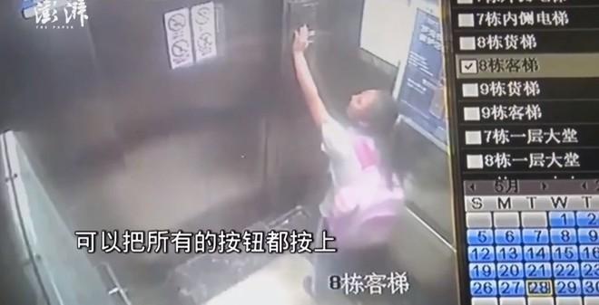 Bé gái 9 tuổi hoảng loạn trong thang máy khi phát hiện tất cả các nút bấm đều tê liệt và bị rơi từ tầng 19 xuống tầng 1 - Ảnh 1.