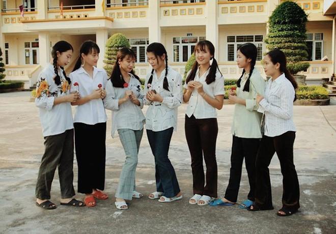 Thầy giáo ở Quảng Ninh chụp kỷ yếu cho học sinh theo phong cách những năm 90 - Ảnh 1.