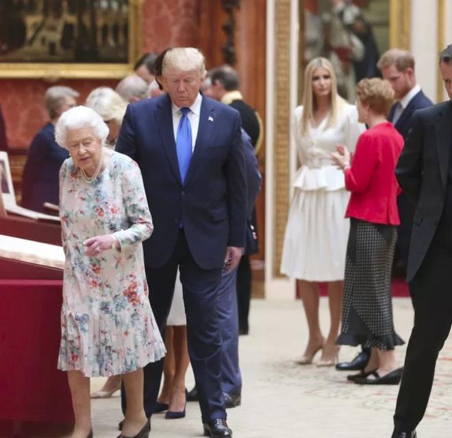 Hoàng tử Harry bị chỉ trích dữ dội khi có hành động tồi tệ và thô lỗ đối với Tổng thống Mỹ và Ivanka Trump - Ảnh 4.