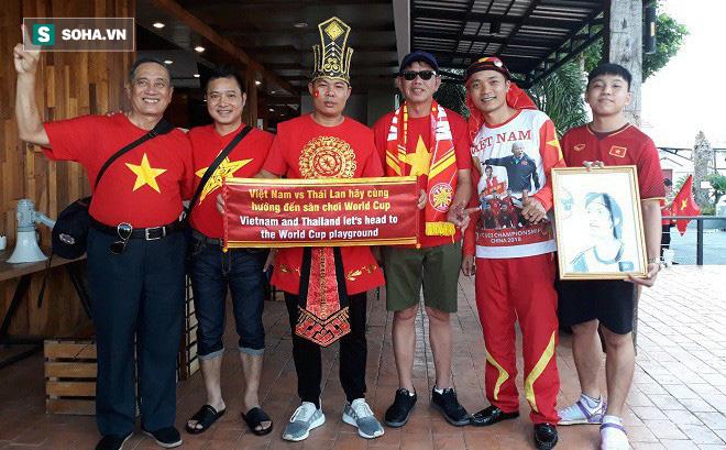 CĐV Việt Nam gửi thông điệp ý nghĩa tới Thái Lan trước trận khai màn King' Cup