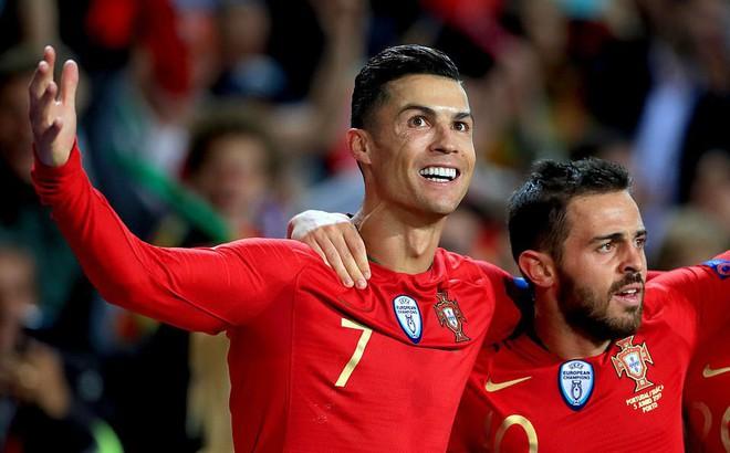 Lập siêu hat-trick cứu rỗi Bồ Đào Nha, Ronaldo vượt mặt Messi trong cuộc đua Quả bóng vàng
