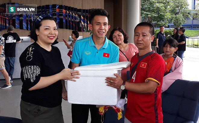 ĐT Việt Nam được tiếp thêm giò chả, bánh chưng, sâm Hàn Quốc từ Hội CĐV VFS