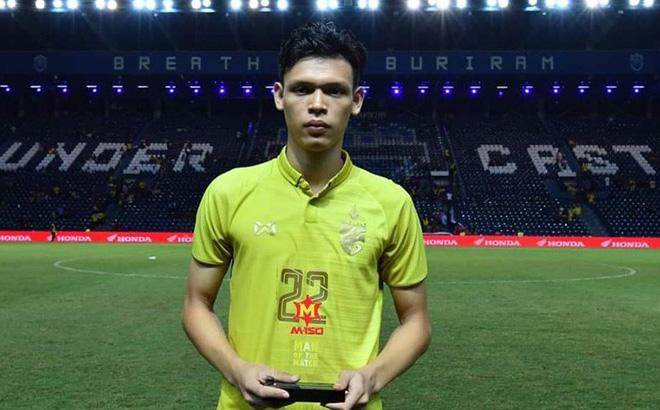 """Đội nhà thua trận, tiền đạo Thái Lan mặt buồn thiu lên nhận giải """"Cầu thủ xuất sắc nhất"""""""