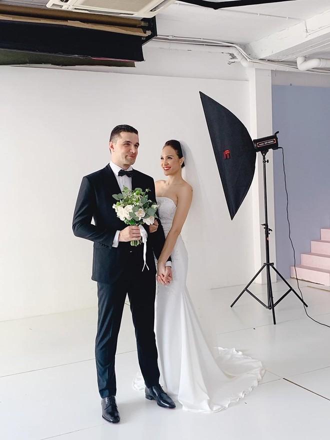 MC sexy nhất showbiz khoe ảnh cưới với chồng Tây đẹp trai, giàu có - Ảnh 1.