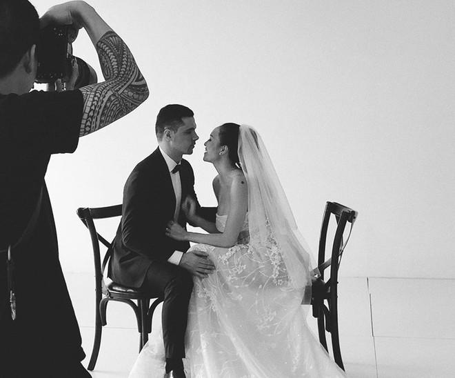 MC sexy nhất showbiz khoe ảnh cưới với chồng Tây đẹp trai, giàu có - Ảnh 2.