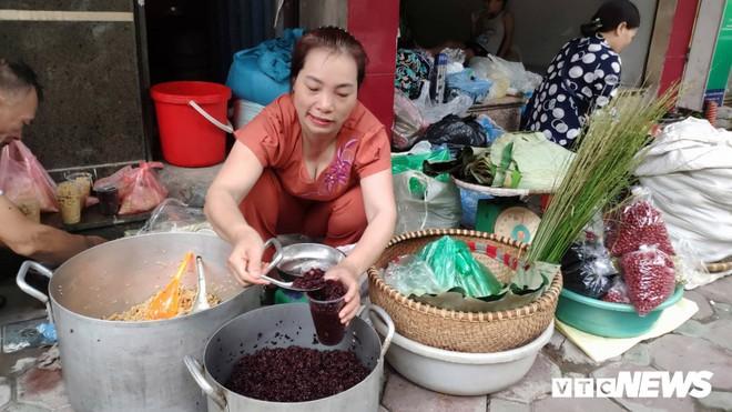 Đổ xô đi bán rượu nếp Tết Đoan Ngọ, ai cũng lãi khủng - Ảnh 1.