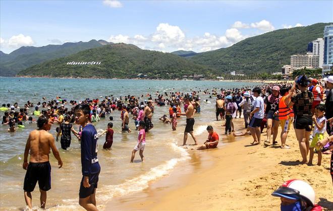 Hàng nghìn người ra bãi biển Quy Nhơn tắm Tết Đoan Ngọ - Ảnh 1.