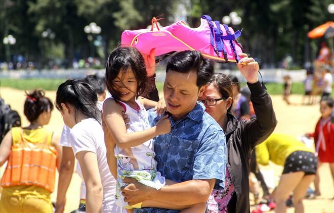Hàng nghìn người ra bãi biển Quy Nhơn tắm Tết Đoan Ngọ - Ảnh 2.