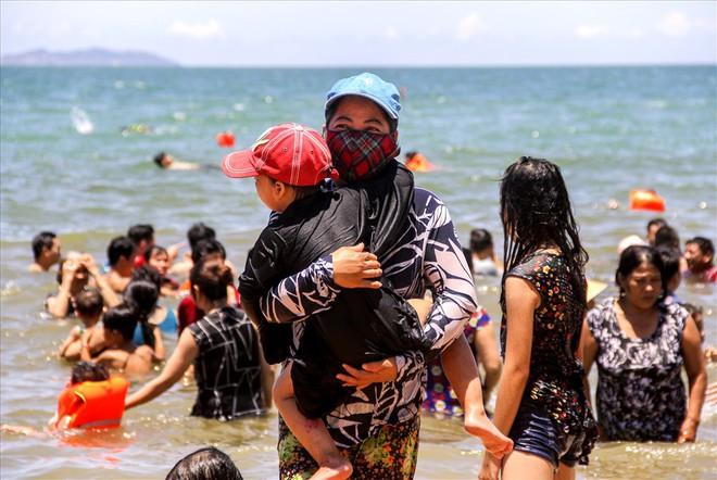 Hàng nghìn người ra bãi biển Quy Nhơn tắm Tết Đoan Ngọ - Ảnh 3.