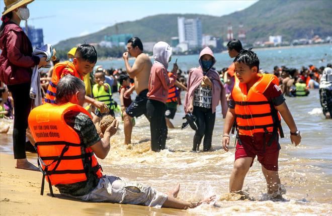 Hàng nghìn người ra bãi biển Quy Nhơn tắm Tết Đoan Ngọ - Ảnh 4.