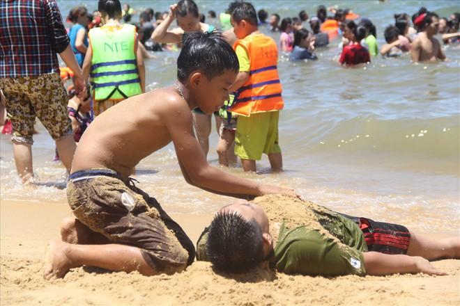 Hàng nghìn người ra bãi biển Quy Nhơn tắm Tết Đoan Ngọ - Ảnh 5.