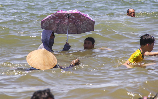 Hàng nghìn người ra bãi biển Quy Nhơn tắm Tết Đoan Ngọ - Ảnh 7.