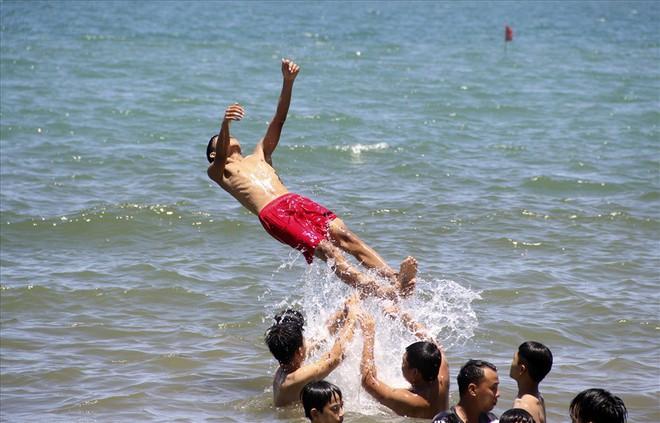 Hàng nghìn người ra bãi biển Quy Nhơn tắm Tết Đoan Ngọ - Ảnh 8.