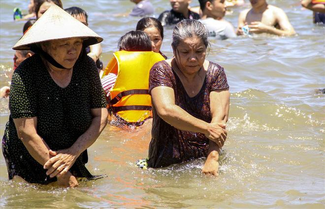Hàng nghìn người ra bãi biển Quy Nhơn tắm Tết Đoan Ngọ - Ảnh 9.