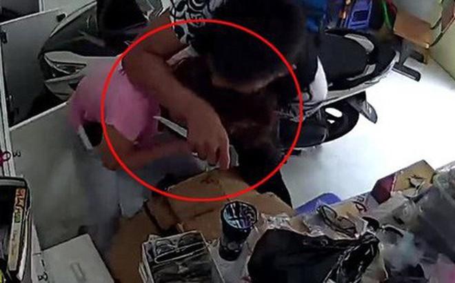 Cô gái bất ngờ bị 2 tên cướp đeo khẩu trang chặn xe, bóp cổ cướp xe máy giữa đường
