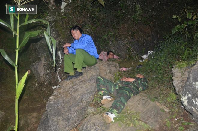 [Ảnh] Người dân, cứu hộ nằm trên mỏm đá, cửa hang chờ giải cứu người đàn ông mắc kẹt dưới hang nước - Ảnh 6.