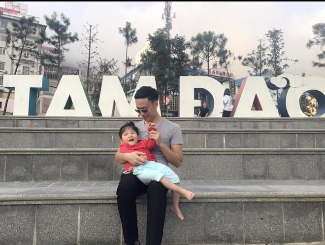 Hình ảnh mới nhất của em bé Lào Cai suy dinh dưỡng, hạnh phúc đi du lịch hè cùng bố mẹ nuôi - Ảnh 1.