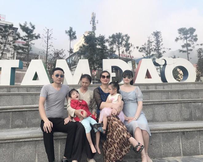 Hình ảnh mới nhất của em bé Lào Cai suy dinh dưỡng, hạnh phúc đi du lịch hè cùng bố mẹ nuôi - Ảnh 2.