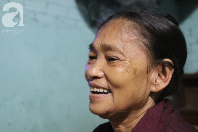 Nụ cười hiền hậu của bà Tuất: 70 tuổi bà vẫn khỏe re, giày dép còn có số huống gì con người, quen rồi cháu ơi - Ảnh 1.