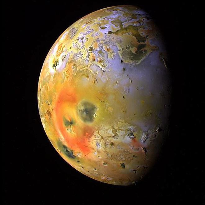 Hành tinh khổng lồ áp sát trái đất, khoe 4 mặt trăng - Ảnh 2.