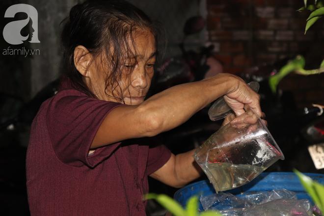 Nụ cười hiền hậu của bà Tuất: 70 tuổi bà vẫn khỏe re, giày dép còn có số huống gì con người, quen rồi cháu ơi - Ảnh 8.