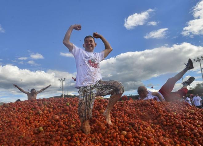 7 ngày qua ảnh: Người dân Nga tắm nắng cạnh đài phun nước ở Moscow khi nhiệt độ tăng cao - Ảnh 1.
