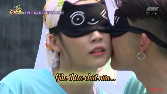 Màn hôn nhau táo bạo chưa từng có trên truyền hình giữa diễn viên Sam và Jun Phạm - Ảnh 1.