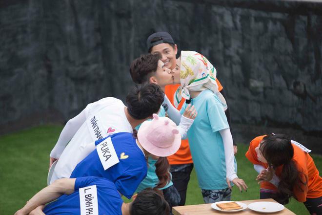 Màn hôn nhau táo bạo chưa từng có trên truyền hình giữa diễn viên Sam và Jun Phạm - Ảnh 3.