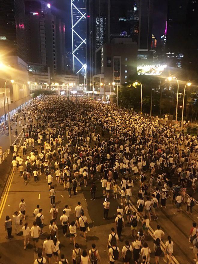 Cảnh người biểu tình Hong Kong tràn ra đường như kiến cỏ để phản đối dự luật mới - Ảnh 3.