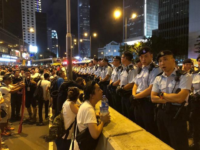 Cảnh người biểu tình Hong Kong tràn ra đường như kiến cỏ để phản đối dự luật mới - Ảnh 4.