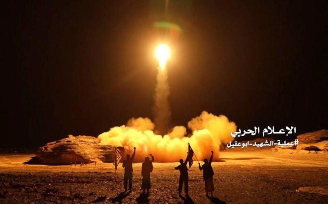 """Căn cứ KQ đầu não của Saudi bị tấn công lớn - Tên lửa Patriot """"thần thánh"""" lặn mất tăm?"""