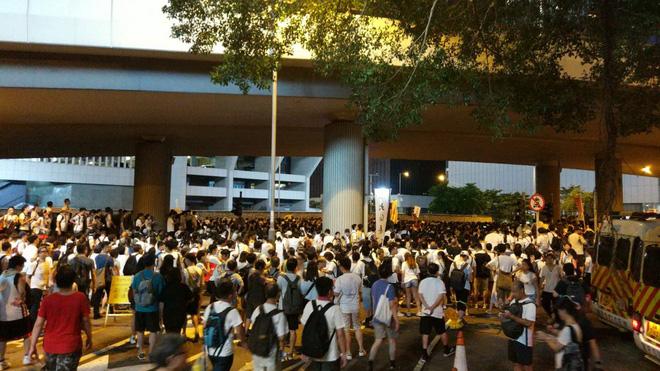 Cảnh người biểu tình Hong Kong tràn ra đường như kiến cỏ để phản đối dự luật mới - Ảnh 5.