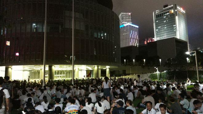 Cảnh người biểu tình Hong Kong tràn ra đường như kiến cỏ để phản đối dự luật mới - Ảnh 6.