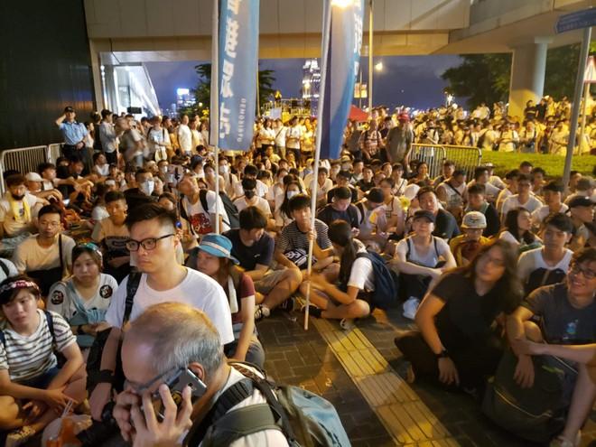 Cảnh người biểu tình Hong Kong tràn ra đường như kiến cỏ để phản đối dự luật mới - Ảnh 7.