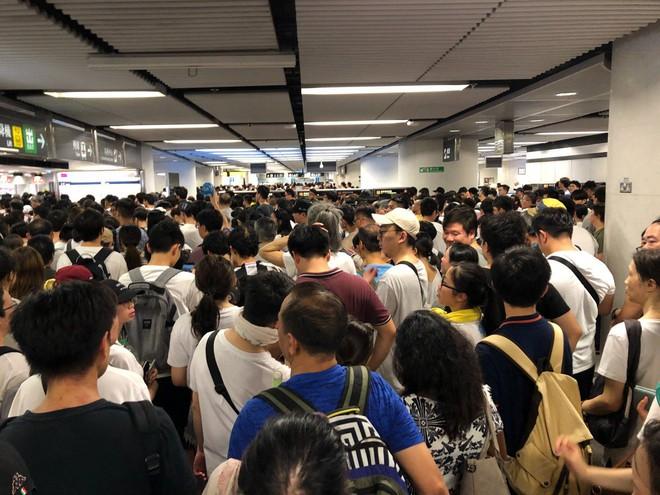 Cảnh người biểu tình Hong Kong tràn ra đường như kiến cỏ để phản đối dự luật mới - Ảnh 8.