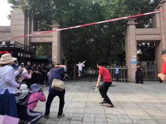 Hình ảnh nam sinh nhảy múa, chạy như bay sung sướng trước cổng trường vì đã thi xong Đại học gây bão mạng - Ảnh 3.