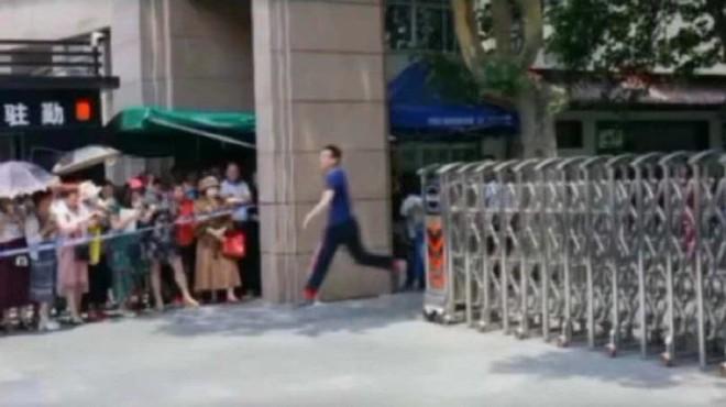Hình ảnh nam sinh nhảy múa, chạy như bay sung sướng trước cổng trường vì đã thi xong Đại học gây bão mạng - Ảnh 6.