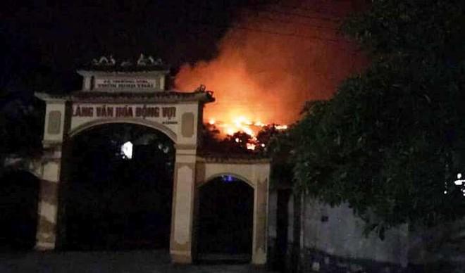 Hơn 500 người trắng đêm vừa sơ tán tài sản cho dân vừa dập lửa cứu rừng - Ảnh 3.