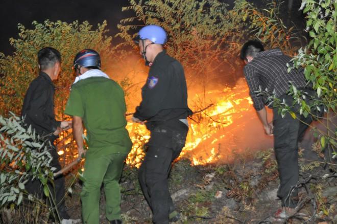 Hơn 500 người trắng đêm vừa sơ tán tài sản cho dân vừa dập lửa cứu rừng - Ảnh 4.
