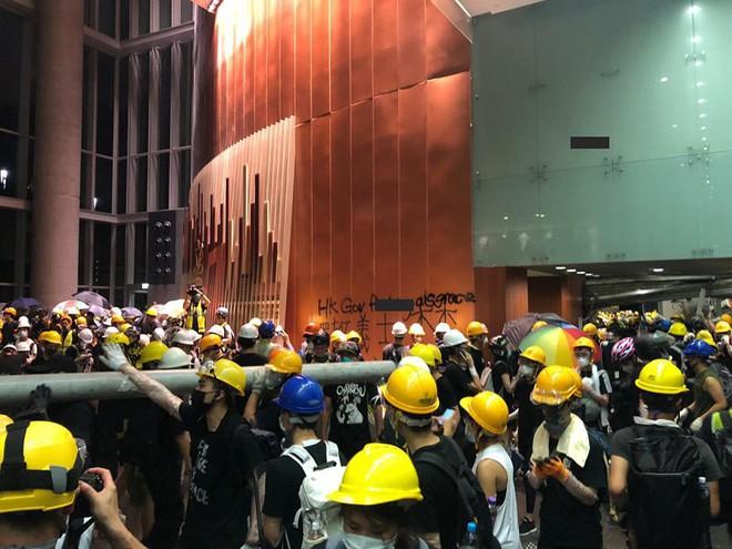 Bạo động ở Hong Kong, đám đông đập phá Hội đồng lập pháp - Ảnh 2.