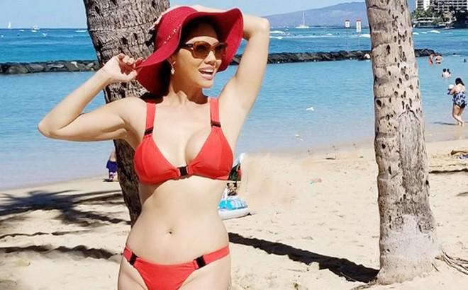 Hồ Lệ Thu diện bikini khoe thân hình nóng bỏng ở tuổi U50