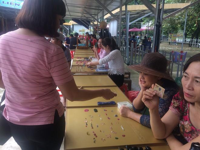Cận cảnh những viên đá quý long lanh bày bán ở chợ đá quý Lục Yên, Yên Bái - Ảnh 10.