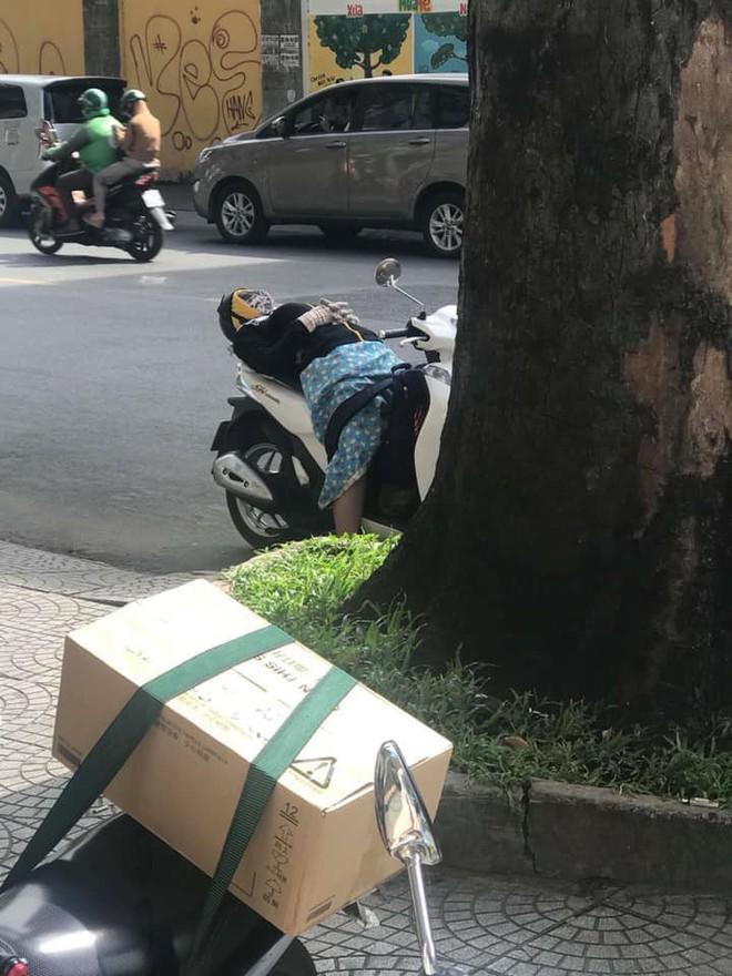 Người phụ nữ mặc đồ chống nắng, vô tư ngả lưng ngủ giữa đường trên xe SH khiến cư dân mạng thích thú - Ảnh 1.