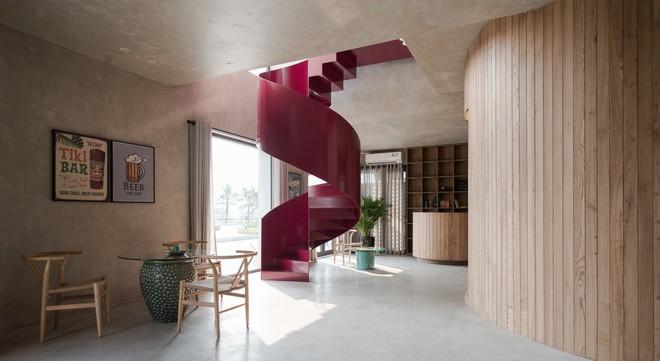 Căn nhà có cầu thang đỏ chẳng giống ai của Việt Nam nổi bật trên báo Mỹ - Ảnh 6.