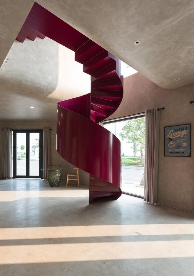 Căn nhà có cầu thang đỏ chẳng giống ai của Việt Nam nổi bật trên báo Mỹ - Ảnh 7.