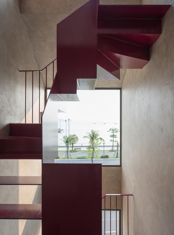 Căn nhà có cầu thang đỏ chẳng giống ai của Việt Nam nổi bật trên báo Mỹ - Ảnh 3.